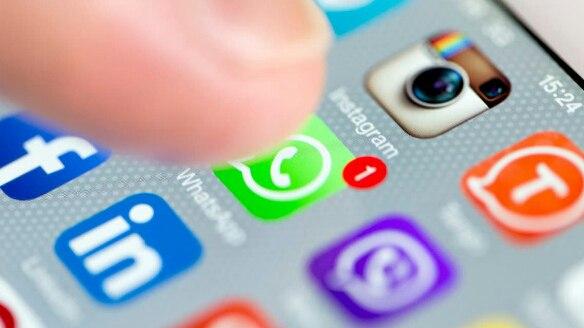فيسبوك تتجسس وتقرأ محادثاتك في واتساب.. هل هذا صحيح؟!