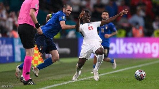 لقطة من نهائي أمم أوروبا تثير غضب الإنجليز والآلاف يطالبون بإعادة المباراة